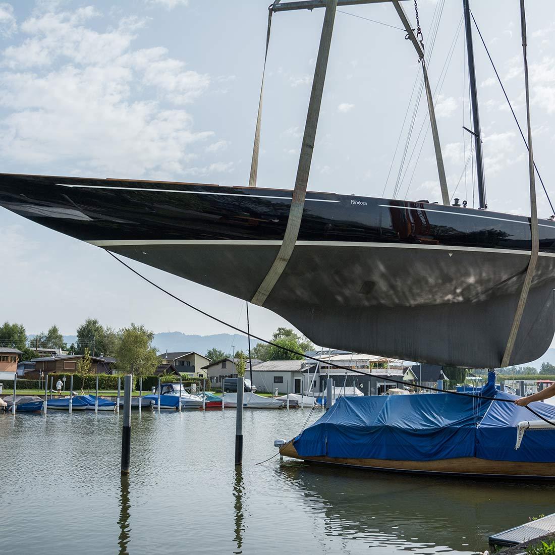 Einwassern einer Yacht